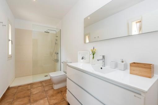 Badezimmer mit moderner, ebenerdiger Dusche