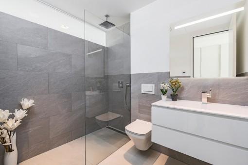 Gästebadezimmer mit ebenerdiger Dusche
