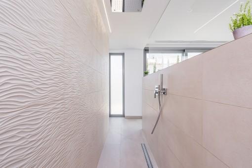 Elegantes Badezimmer mit Regendusche