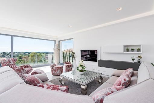 Nobler Wohnbereich mit Panoramafenstern