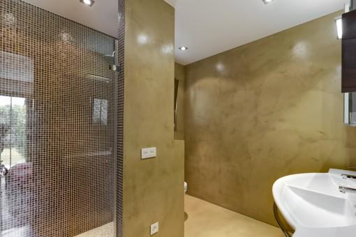 Eines von 4 Badezimmer