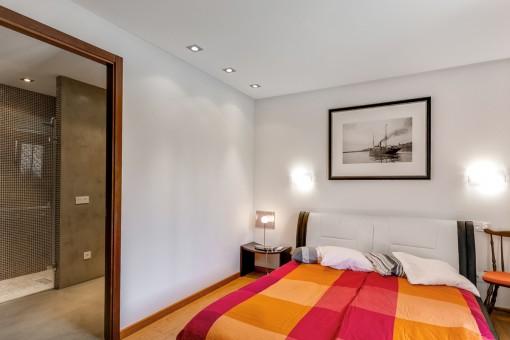 Eines von 4 Schlafzimmer mit Badezimmer en Suite