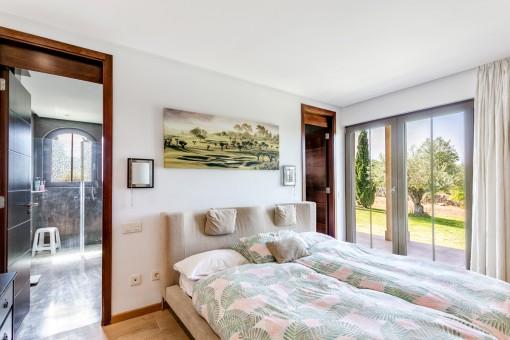 Schlafzimmer mit Gartenzugang
