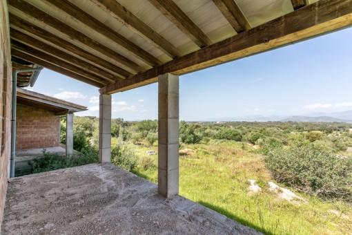 Überdachte Terrasse mit schönem Landschaftsblick