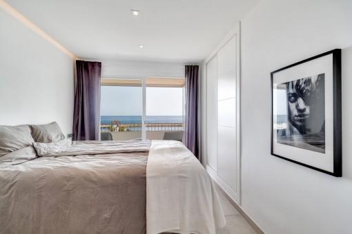 Komfortables Schlafzimmer mit Terrasse und Meerblick
