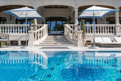 Blick zur Terrasse aus dem Pool