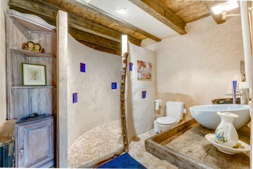 Herrliches Duschbadezimmer mit authentischen Elementen