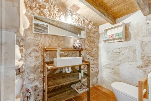 Die Finca hat alte Holztüren und Steinfassaden