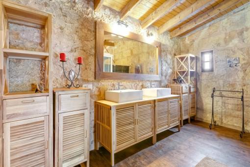 Badezimmer mit schöner Steinwand