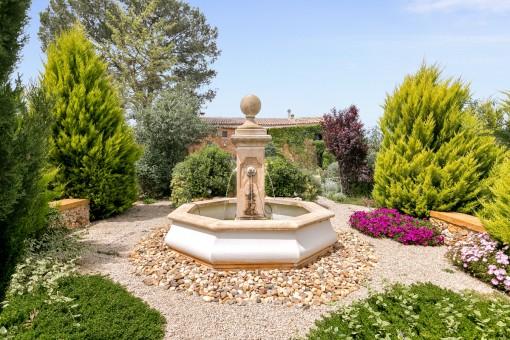 Romantischer Brunnen im Garten