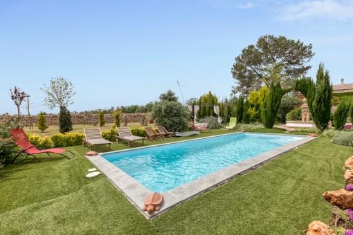 Wundervoller Poolbereich mit großem Garten