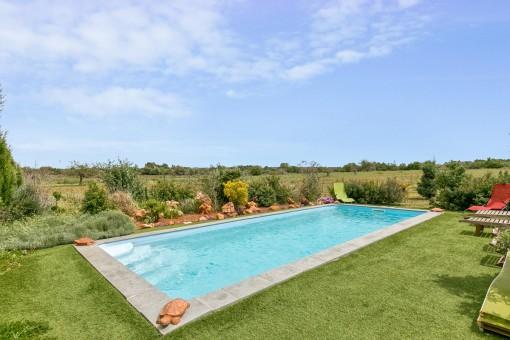 Der idyllische Poolbereich bietet absolute Privatsphäre