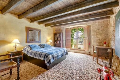 Authentisches Doppelschlafzimmer mit Boden aus Steinen