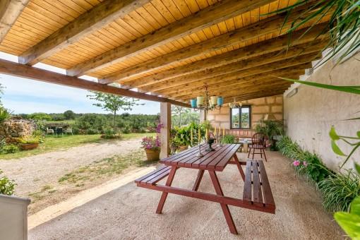Überdachte Terrasse mit Sitzbereich