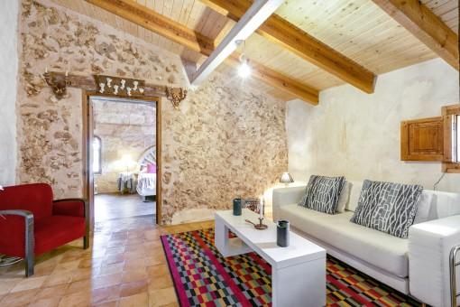 Weiterer Loungebereich mit Zugang zu einem Schlafzimmer
