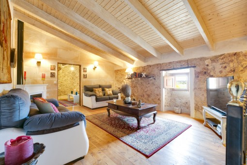 Schöner Wohnbereich in warmen Sandsteinfarben