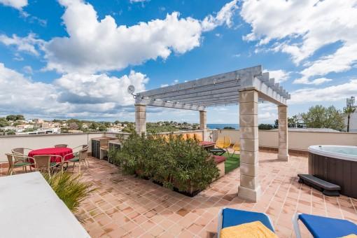 Duplex-Wohnung mit großer Dachterrasse und spektakulärem Meerblick in Cala Mandia