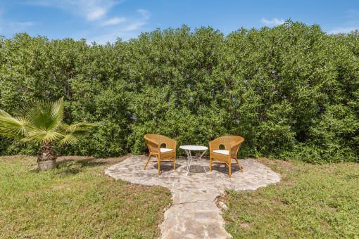Idyllischer Sitzbereich im Garten