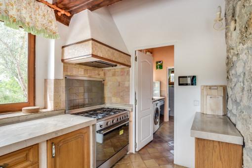 Die Küche verfügt über einen separaten Lager-und Waschraum