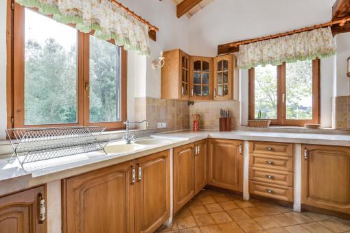 Landhausküche mit hölzernen Schränken