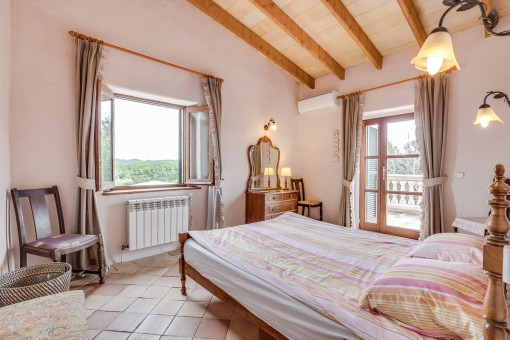 Gemütliches Schlafzimmer mit Terrassenzugang