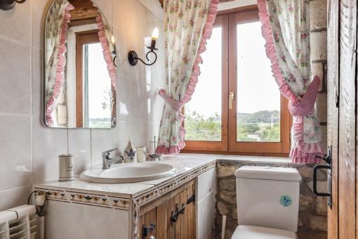 Badezimmer in einem sehr traditionellen Stil