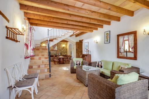 Schöner Wohn-und Essbereich mit Holzdeckenbalken