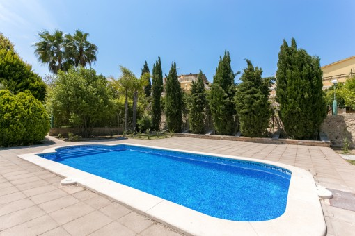 Der Pool lädt ein die Sommertage zu genießen