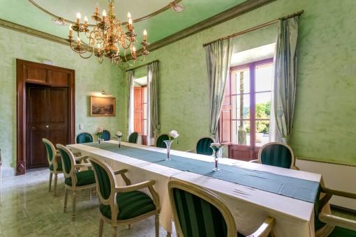Raum mit großem Esstisch und Terrassenzugang