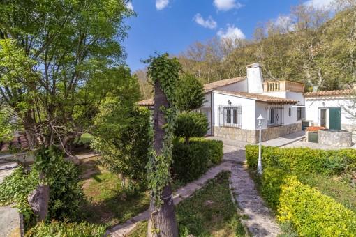 Die Villa wird von einem malerischen Garten umgeben