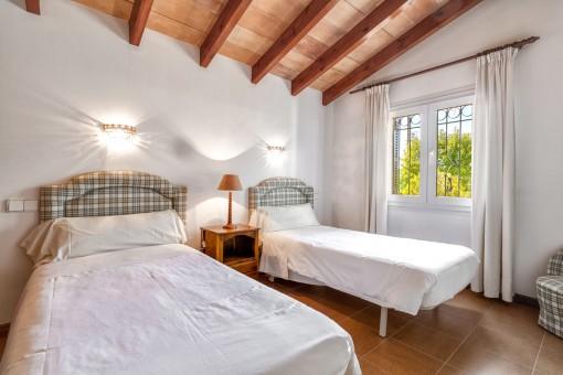 Schönes Schlafzimmer mit Holzdeckenbalken