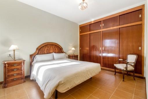 Doppelschlafzimmer mit großem Einbauschrank