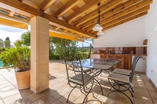 Überdachte Terrasse mit Essbereich und Sommerküche