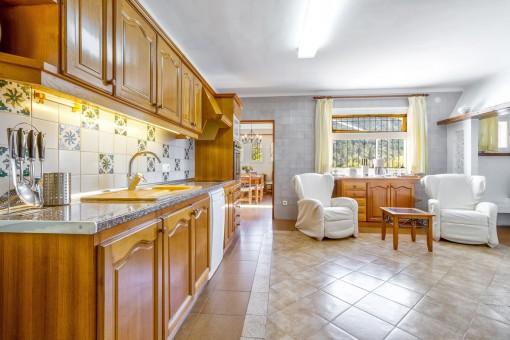 Helle Küche mit Sitzbereich