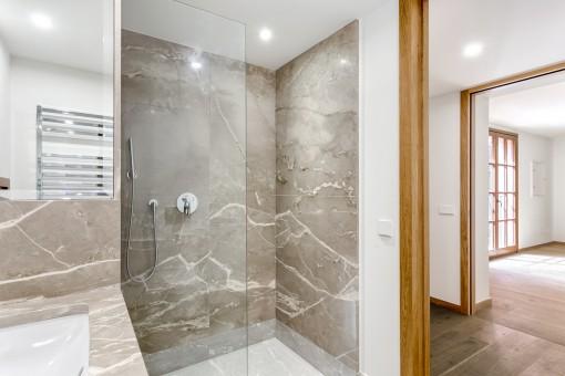 Die Wohnung bietet 4 Badezimmer