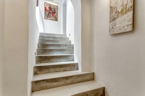 Eine Treppe führt zur zweiten Ebene