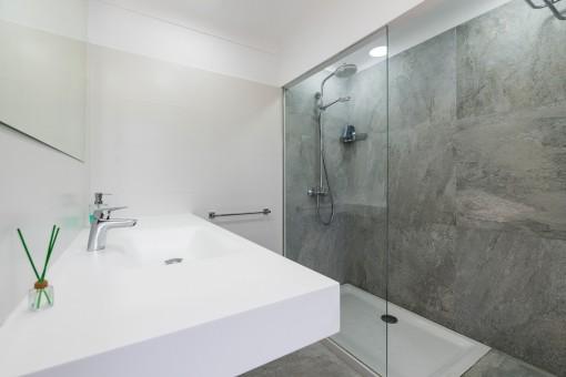 Die Badezimmer bieten ein modernes Design