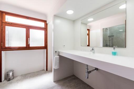 Lichtdurchflutetes Badezimmer