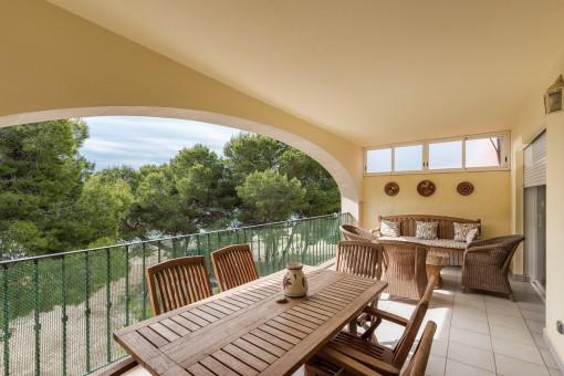 Gemütlicher Balkon mit Essbereich