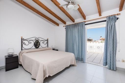 Hauptschlafzimmer mit Holzdeckenbalken