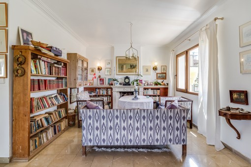 Sofas neben dem Bücherregal