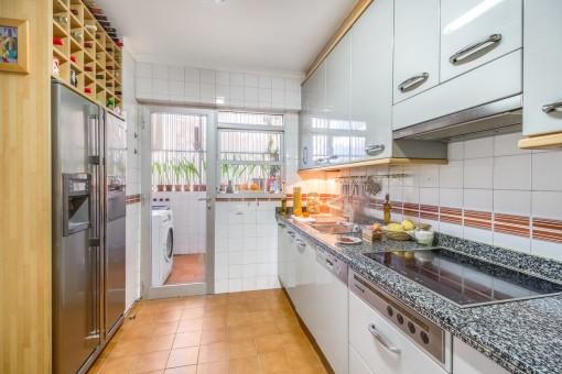 Voll ausgestattete Küche mit Hauswirtschaftsraum