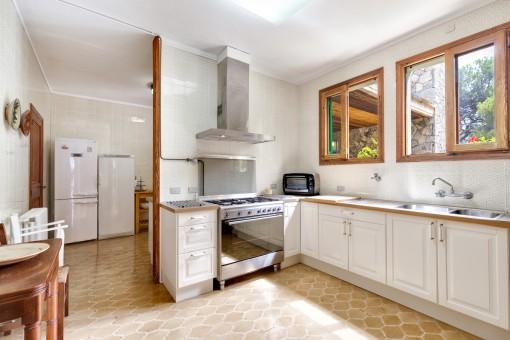 Mit Tageslicht durchflutete Küche