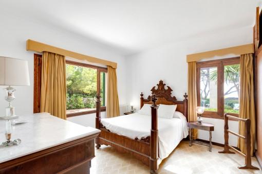 Hauptschlafzimmer mit Holzmöbeln