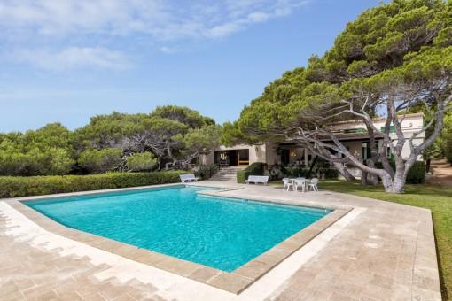 Sonniger Poolbereich der Villa
