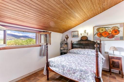 Schlafzimmer mit Dachschräge und Bergblick