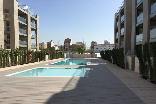 Neubau-Penthaus-Wohnung mit privater Dachterrasse, 2 Stellplätzen und Pool nahe der Palma Arena