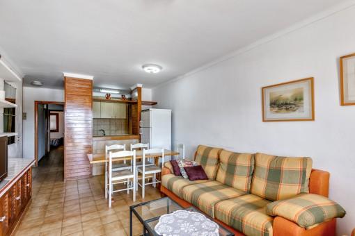 Wohn-und Essbereich mit halb-offener Küche