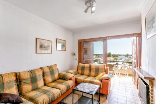 Wohnbereich mit Meerblick und Balkonzugang