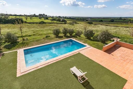 Der Poolbereich und Blick in den Garten